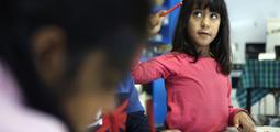 Pige med hånden oppe - Girl in class