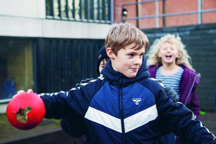 Dreng med en bold
