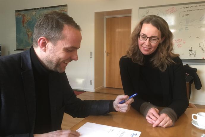 Her underskriver Cecilie Harrits og rådmanden for Børn og Unge i Aarhus Kommune en samarbejdsaftale, der skal styrke forældrenes rolle i de aarhusianske skoler.