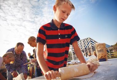 Dreng med fingrene i bolledejen