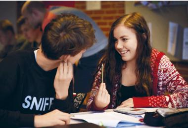 To elever taler sammen