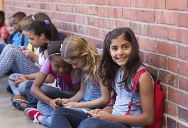 Piger med smartphones