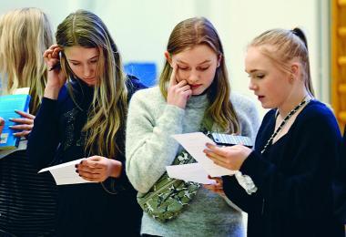 Elever kigger på papirer