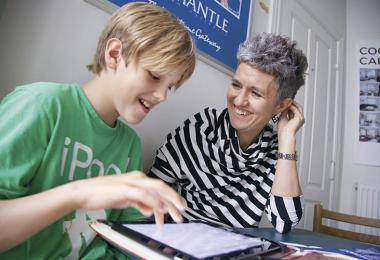Mor og søn arbejder sammen om lektierne